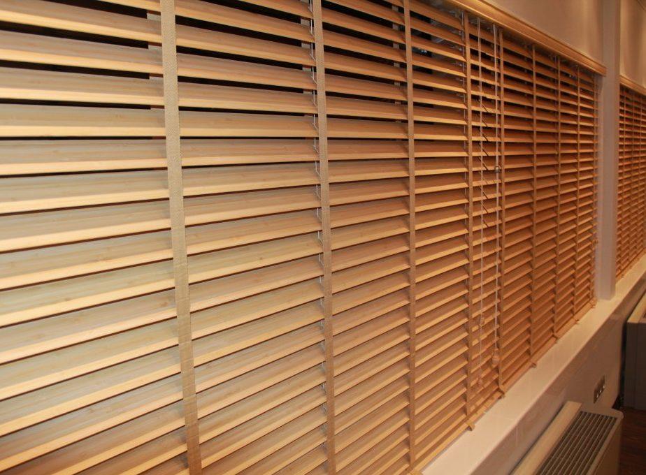 деревянные горизонтальные жалюзи на балкон фото