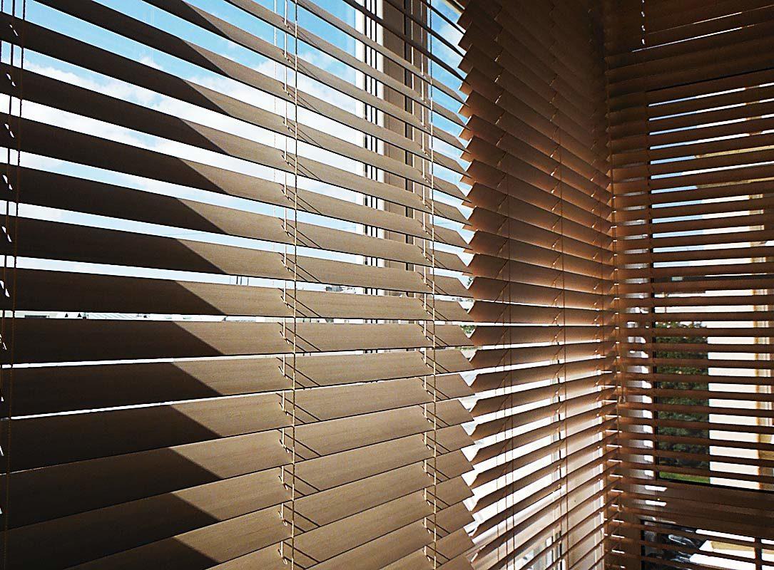 деревянные жалюзи на окна, на балкон